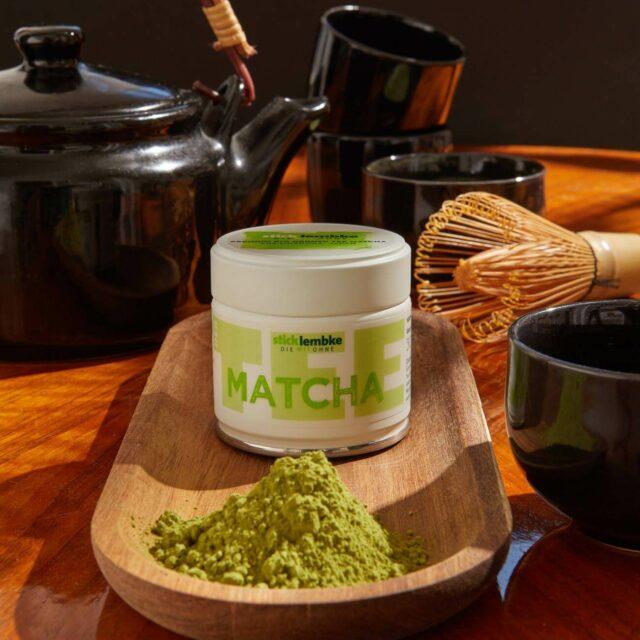 Matcha Tee Packung und Pulver auf Tisch