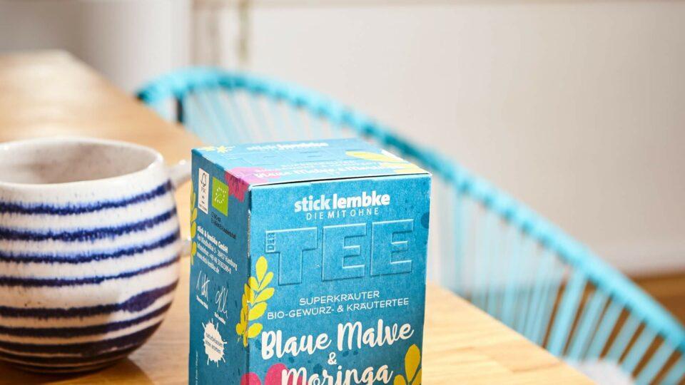 Blaue Malve Teepackung auf Tisch