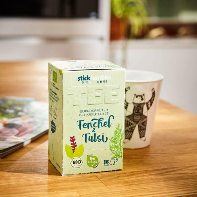 Fenchel und Tulsi Teepackung auf Tisch